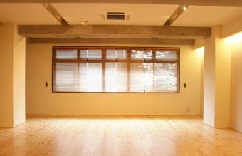 自然光:祐天寺店では南向きの窓からの大きな採光が特徴