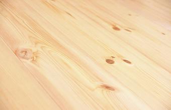 スタジオの床材は天然無垢のレッドパイン